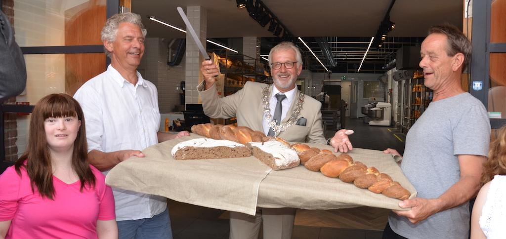 Burgemeester Bruinooge opent Fermento bakkerij